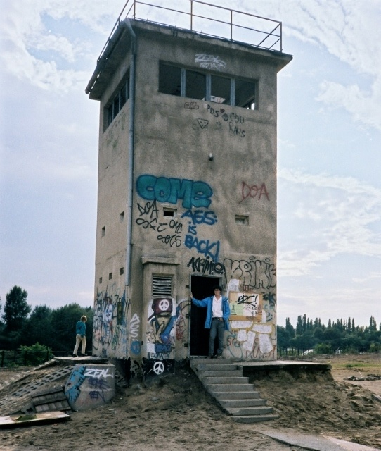 Read more about the article Retro Travel Photo – Before We Grew Up: Berlin Wall watchtower, Berlin, Germany