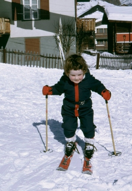 Read more about the article Retro Travel Photo – Before We Grew Up: (Almost) born on skis, Saas Fee, Switzerland